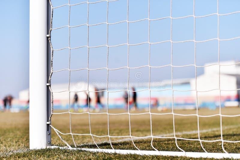 Fotbollmålstolpe och spelareutbildning arkivfoton