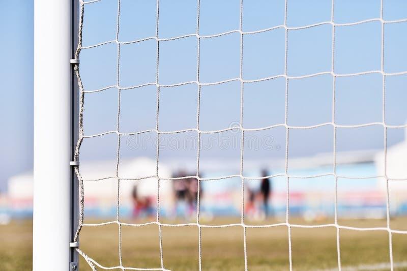 Fotbollmålstolpe och spelareutbildning arkivfoto