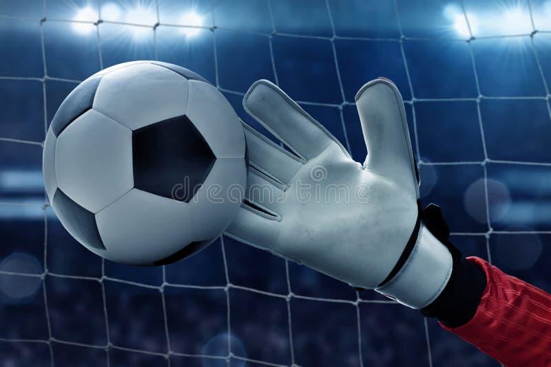 Fotbollmålvakten fångar bollen royaltyfria bilder