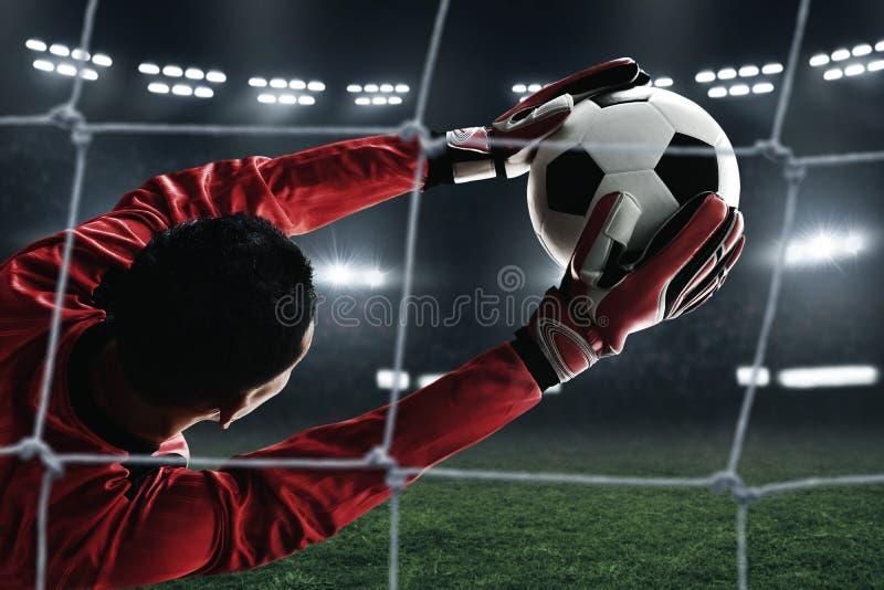 Fotbollmålvaktlås bollen royaltyfri fotografi