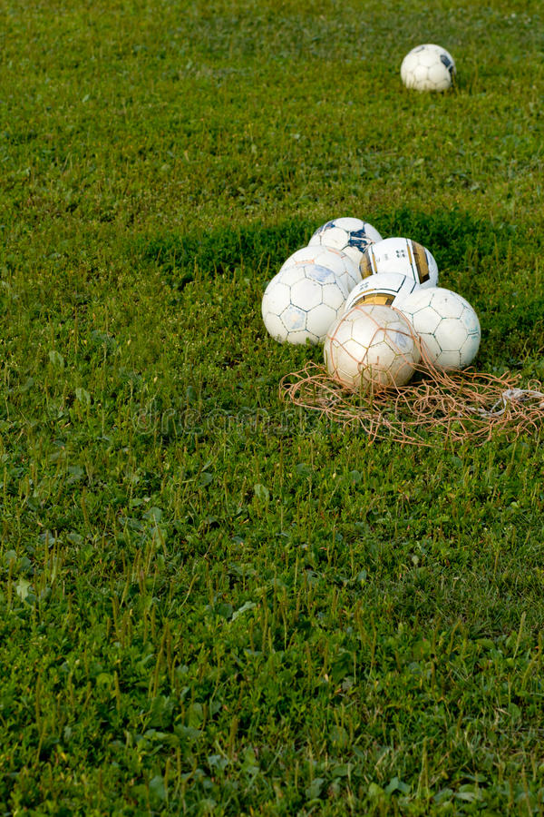 Fotbollmaterial på spelplanen fotografering för bildbyråer