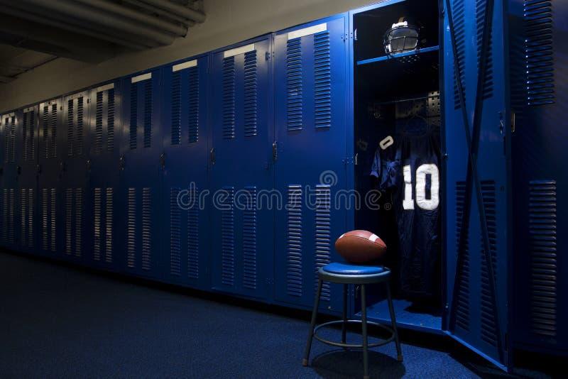 Fotbollomklädningsrum med låsbara skåp fotografering för bildbyråer