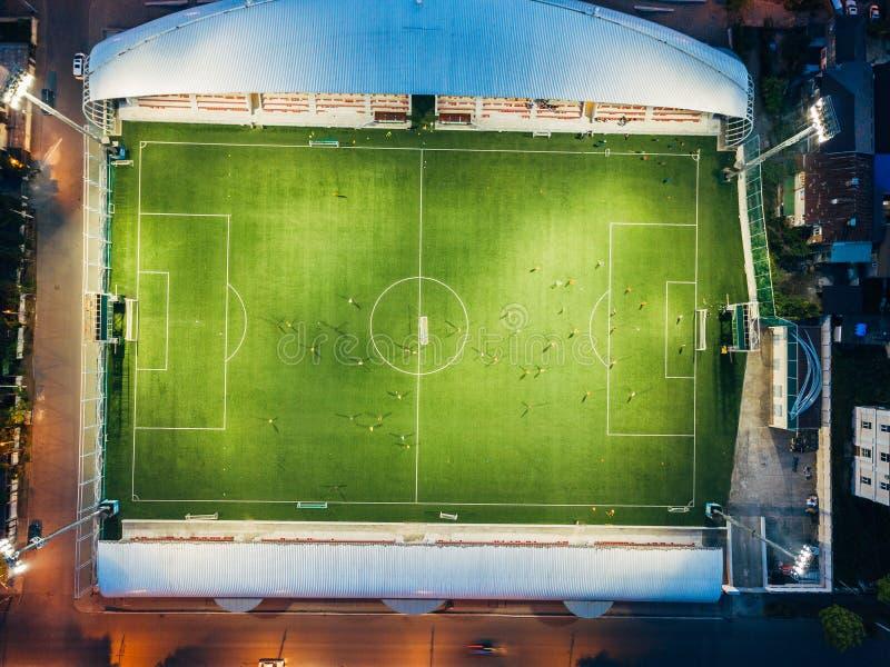 Fotbollsarena i aftonen, bästa sikt från surret fotografering för bildbyråer