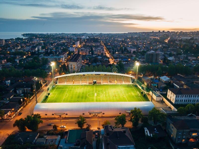 Fotbollsarena i aftonen, flyg- sikt från surret arkivfoto