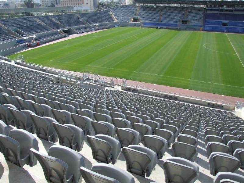 Fotbollsarena i dagsljus utan åhörare arkivfoton