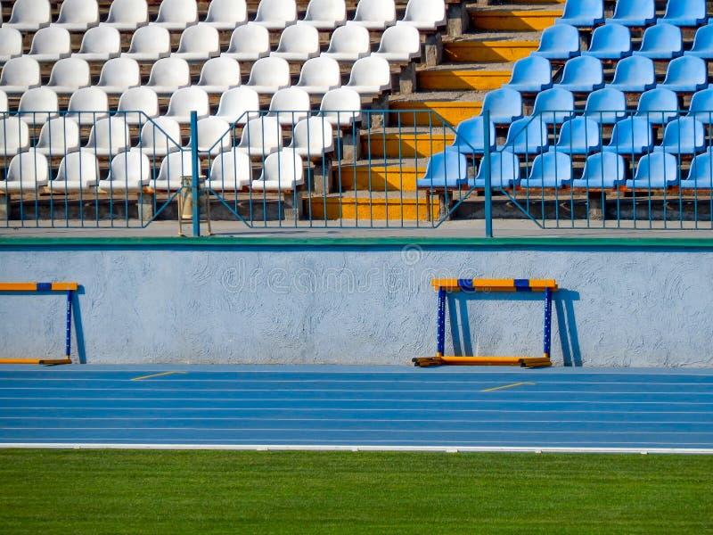 Fotbollsarena i sommaren med grönt gräs och badar för platsen fotografering för bildbyråer