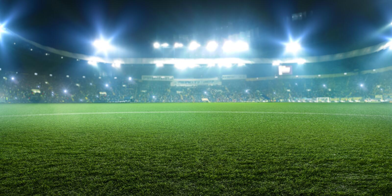 Fotbollsarena skinande ljus, sikt från fält arkivbilder