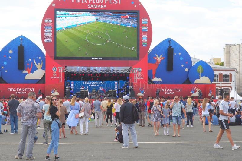 Fotbollsfan håller ögonen på levande TV-sändning av matchen i fanzon av den FIFA världscupen 2018 i Samara arkivfoto