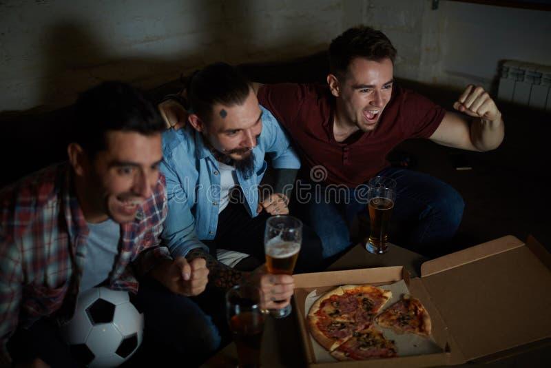 Fotbollsfan i bar arkivbild