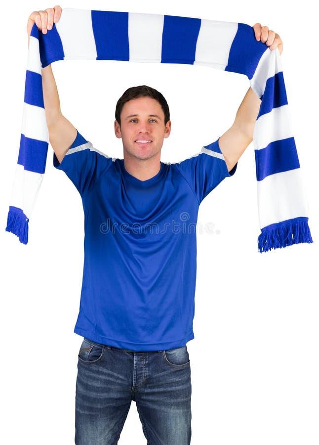 Fotbollsfan i blå hållande halsduk arkivfoton