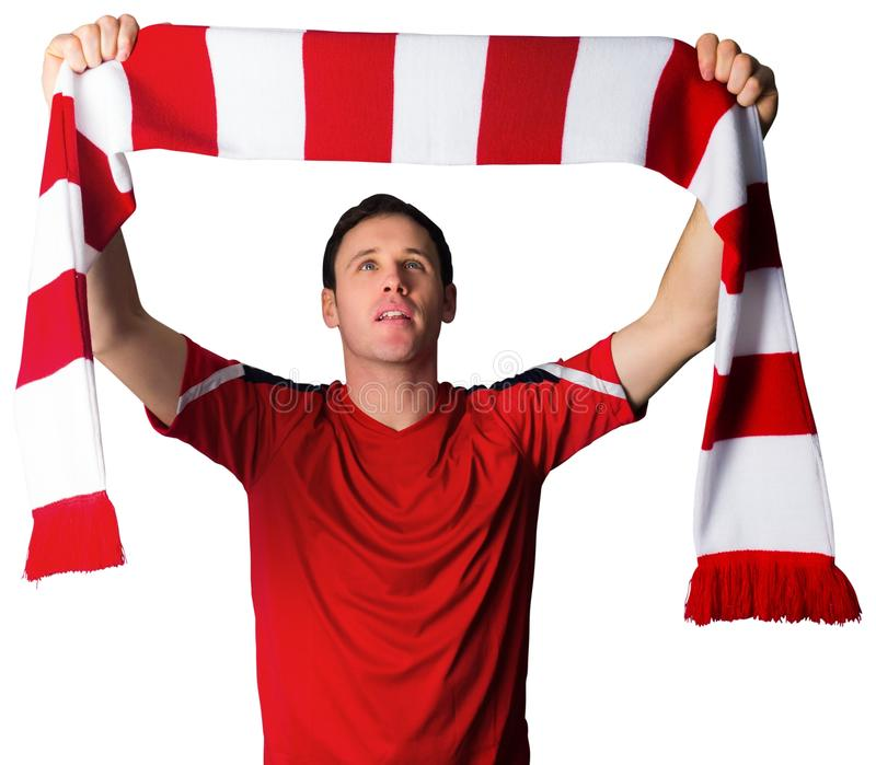 Fotbollsfan i röd hållande halsduk royaltyfri fotografi
