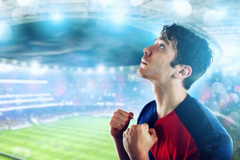 Fotbollsfan på stadion med segergest arkivfoto