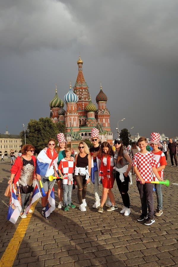 Fotbollsfan poserar f?r foto p? den r?da fyrkanten i Moskva royaltyfri bild