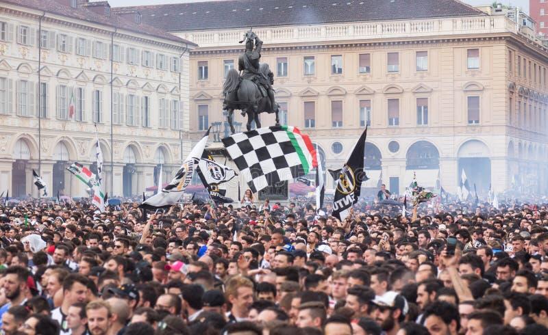 Fotbollsfanfolkmassa i staden som firar seger arkivbild