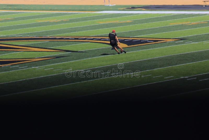 Fotbollskickning fotografering för bildbyråer
