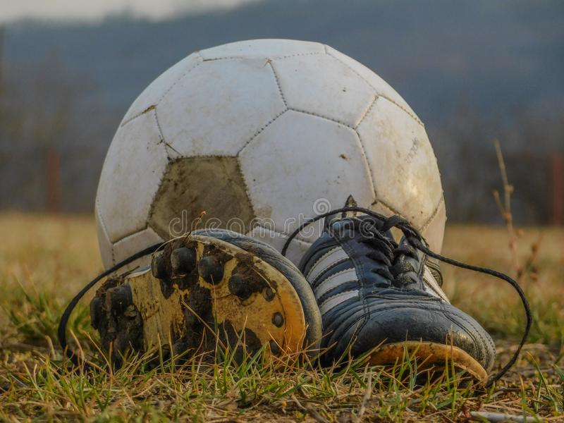 Fotbollskor framme av bollen arkivfoton