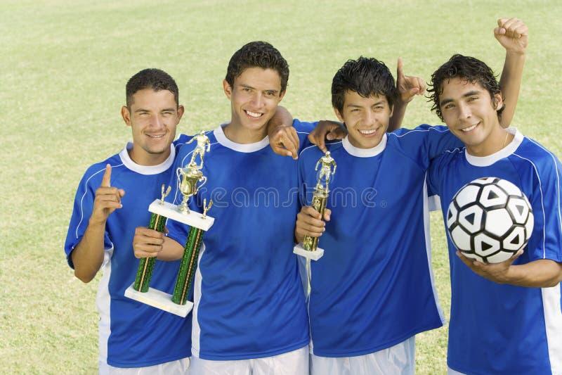 Fotbollslag med trofén fotografering för bildbyråer