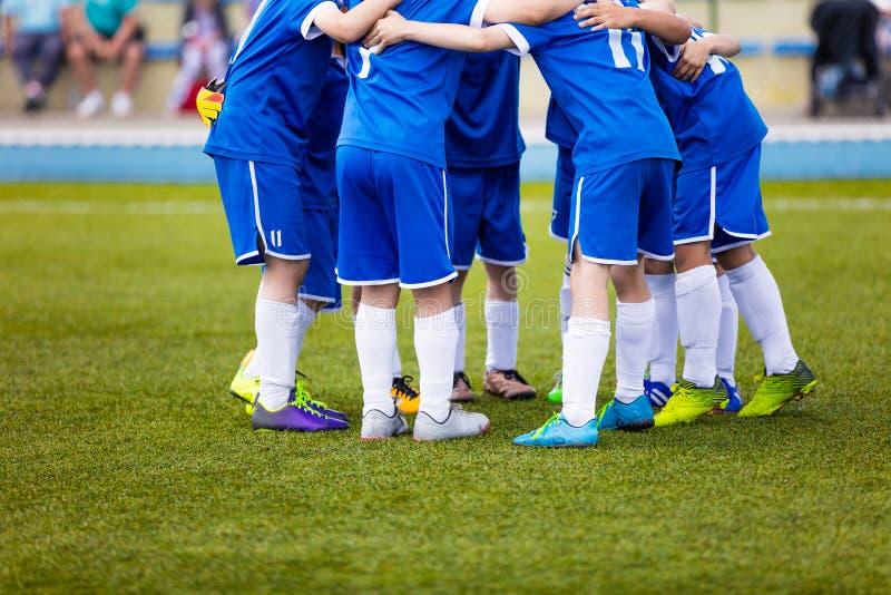 Fotbollsmatch för barn Ungdomsportlaget firar fotografering för bildbyråer
