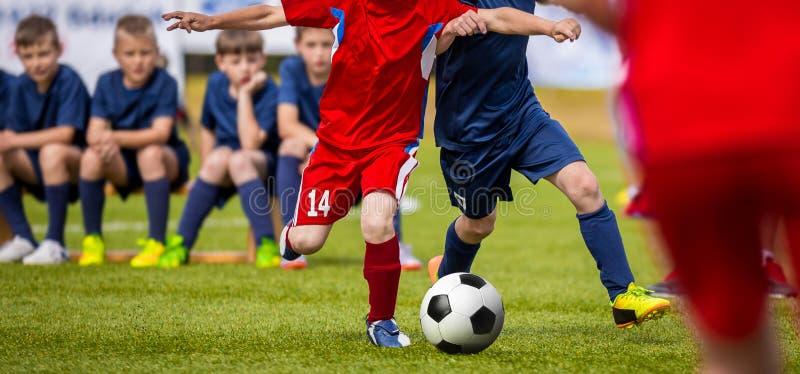 Fotbollsmatch för unga spelare Utbildnings- och fotbollfotbollturnering för barn arkivbilder