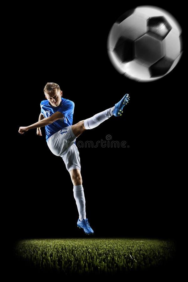Fotbollspelare för yrkesmässig fotboll i handling på svart royaltyfri fotografi
