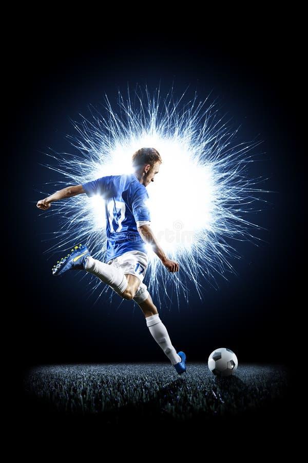 Fotbollspelare för yrkesmässig fotboll i handling som isoleras på svart arkivfoton