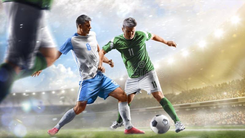 Fotbollspelare i handling på för stadionbakgrund för dag den storslagna panoraman arkivbild