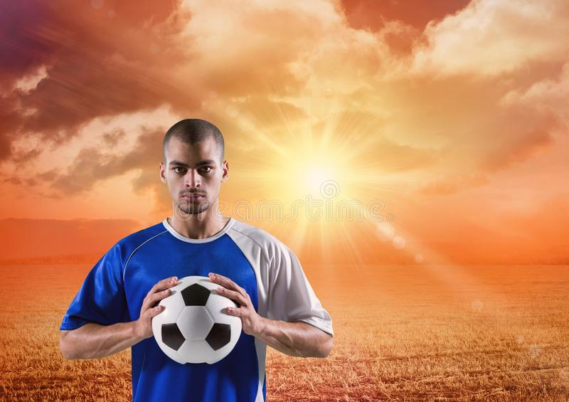 fotbollspelare med bollen på hans händer i solnedgången royaltyfri illustrationer