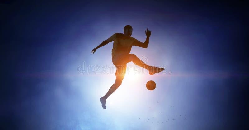 Fotbollspelare med bollen utomhus royaltyfri bild