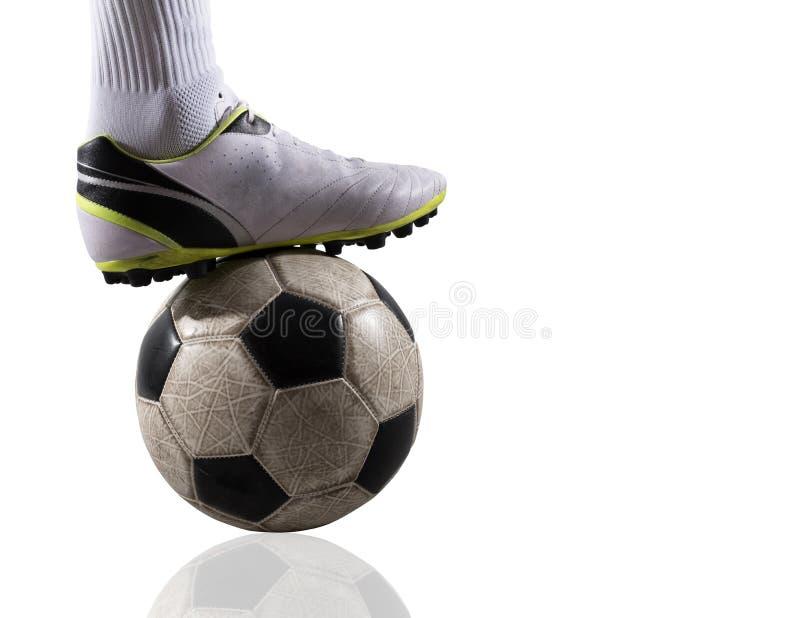 Fotbollspelare med soccerball som är klar att spela bakgrund isolerad white royaltyfri fotografi