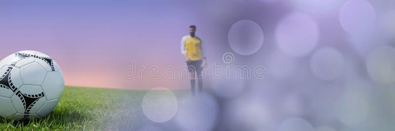 Fotbollspelare på gräs med himmel royaltyfri fotografi