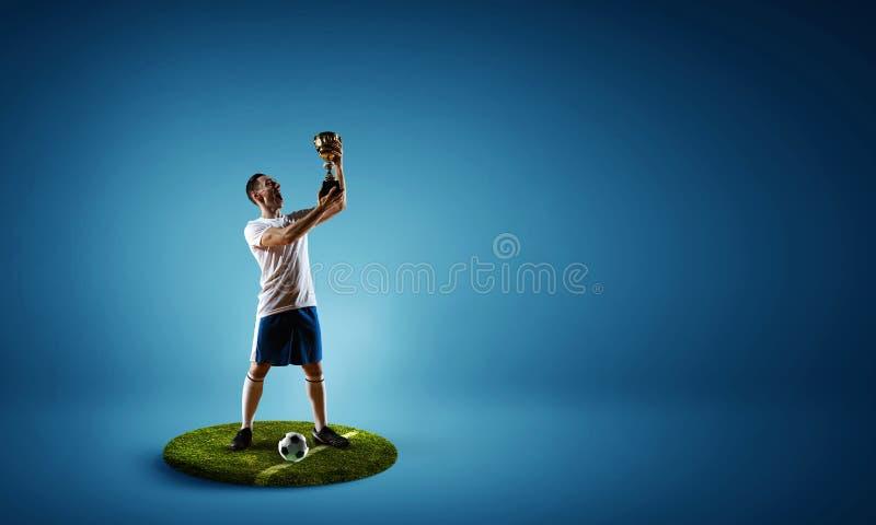 Fotbollspelare på rund sockel Blandat massmedia royaltyfria bilder