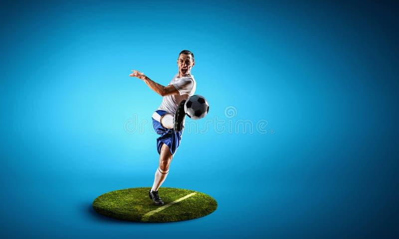 Fotbollspelare på rund sockel Blandat massmedia royaltyfri bild
