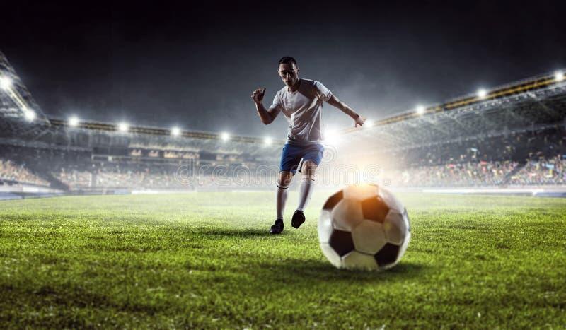 Fotbollspelare på stadion Blandat massmedia arkivbild