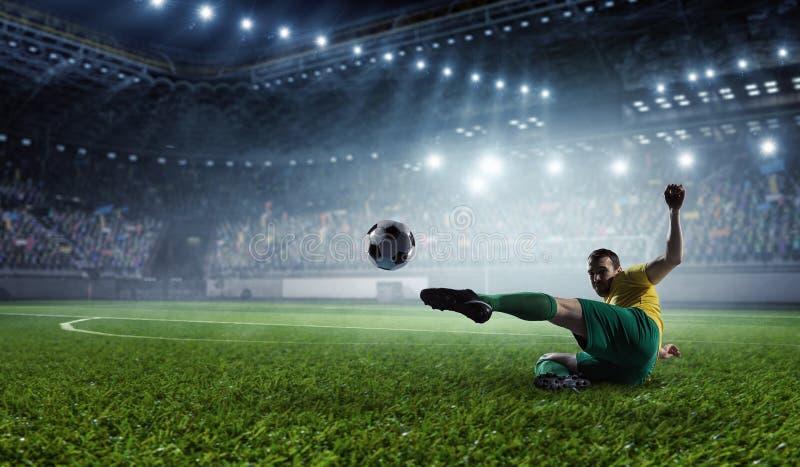 Fotbollspelare på stadion Blandat massmedia royaltyfri bild