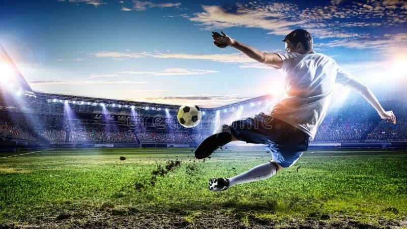 Fotbollspelare på stadion Blandat massmedia arkivfoto