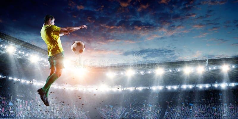 Fotbollspelare på stadion i handling Blandat massmedia arkivbild