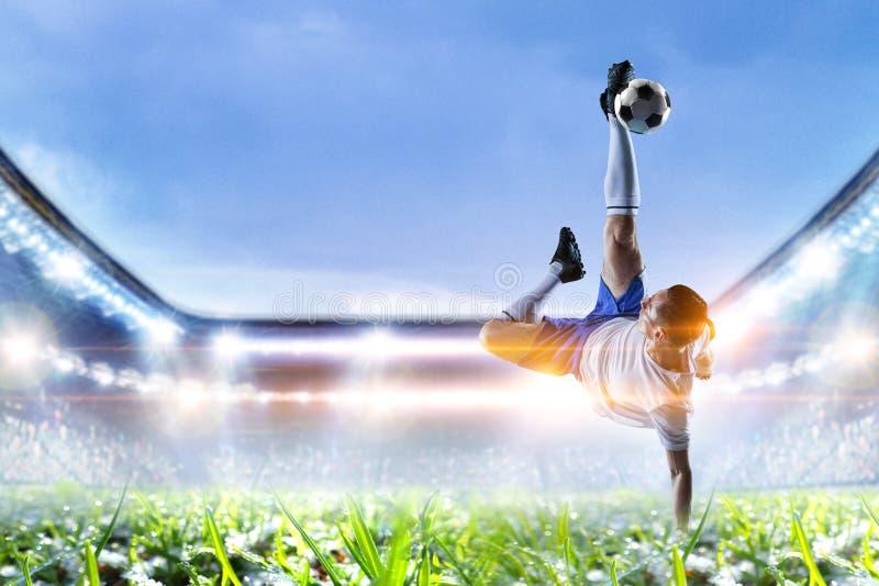 Fotbollspelare p? stadion i handling Blandat massmedia royaltyfria bilder