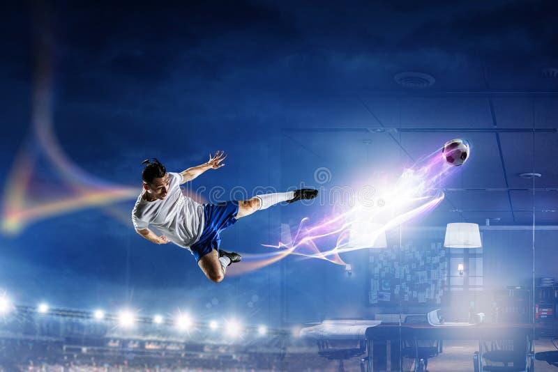 Fotbollspelare p? stadion i handling Blandat massmedia fotografering för bildbyråer