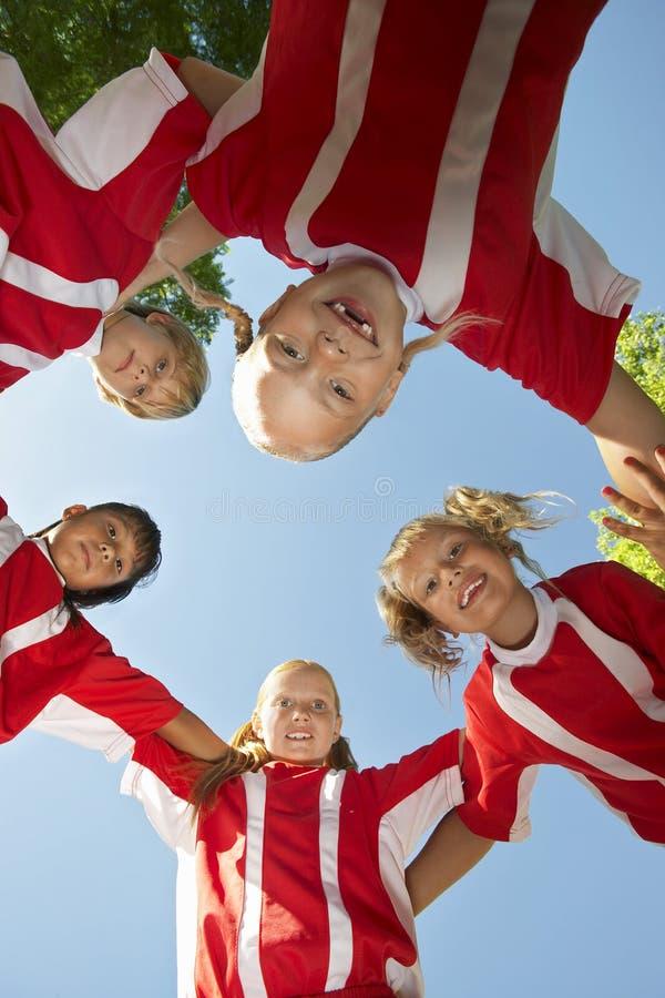 Fotbollspelare som bildar bråteet royaltyfri foto
