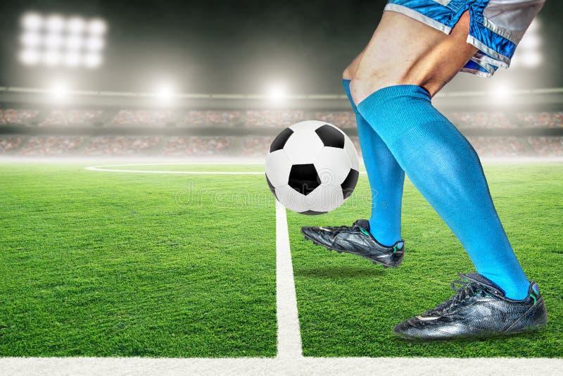 Fotbollspelare som dreglar eller skjuter fotboll i utomhus- stadion med kopieringsutrymme vektor illustrationer