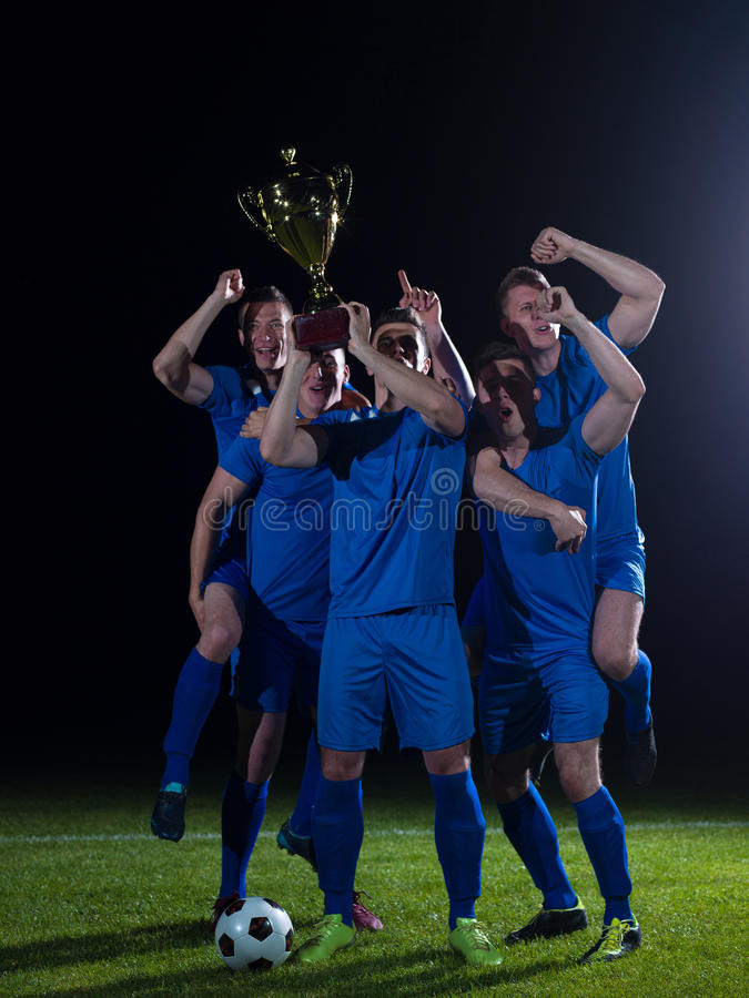 Fotbollspelare som firar seger arkivfoto