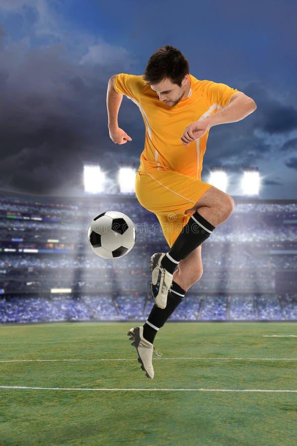 Fotbollspelare som utför tillbaka spark arkivfoton