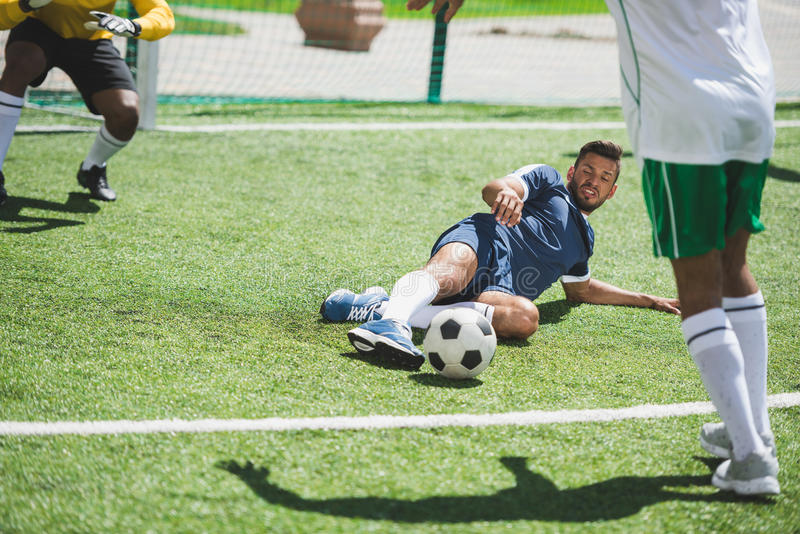 Fotbollspelare under fotbollsmatch på graden royaltyfri bild