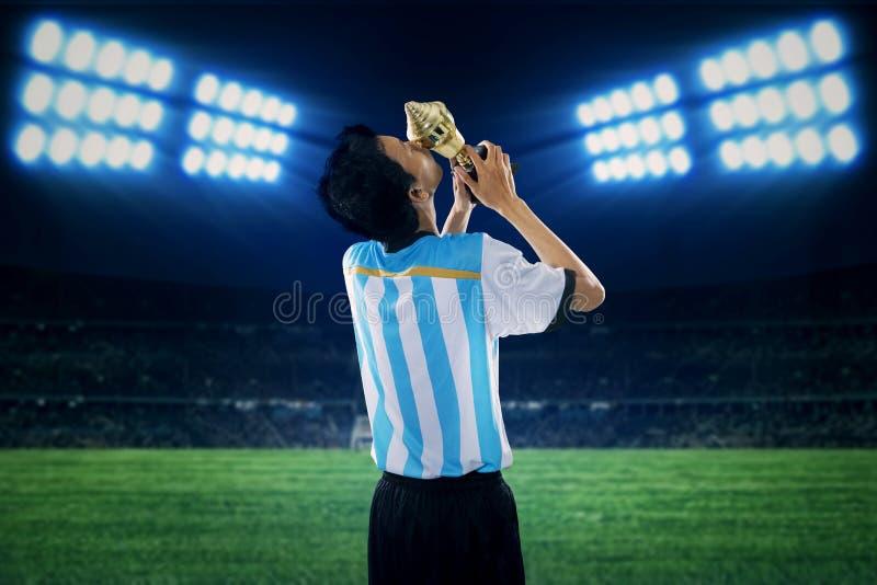 Fotbollspelaren firar att segra arkivbilder