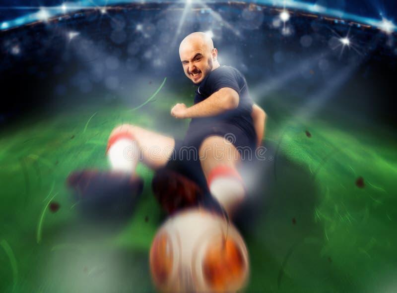 Fotbollspelaren i handling gör ett redskap royaltyfri foto
