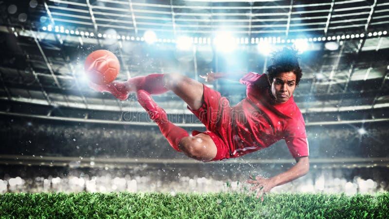 Fotbollsscenen på natten med spelaren som sparkar bollen med kraft royaltyfria bilder