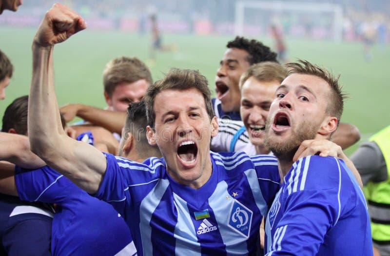Fotbollsspelare firar segern royaltyfri foto