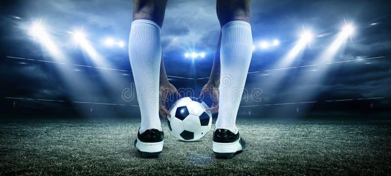Fotbollsspelare med bollen fotografering för bildbyråer