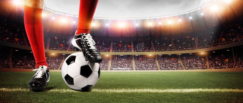 Fotbollsspelare med bollen royaltyfri bild