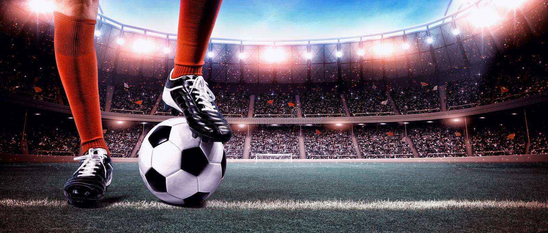 Fotbollsspelare med bollen royaltyfri fotografi